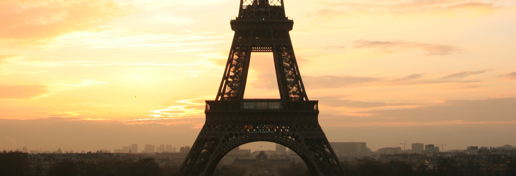 Tour_eiffel_at_sunrise_from_the_trocadero_1025x350px